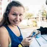 Glad tjej äter kulglass