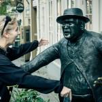 Tjej som är på väg att krama staty - Liseberg